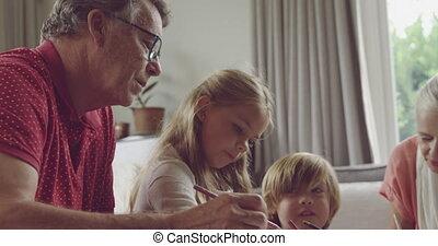 senior koppel, thuis, kleinkinderen