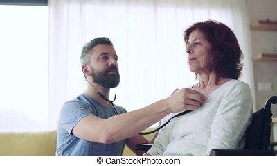senior, visit., gedurende, gezondheid bezoeker, vrouw, het onderzoeken, thuis