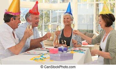 senior, vrienden, jarig, vieren