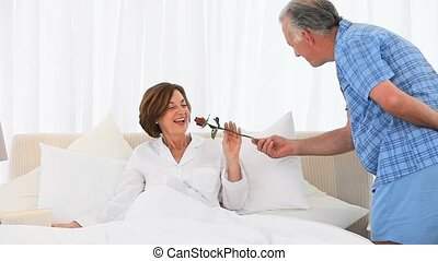 senior, zijn, vrouw, offergave, roos, man