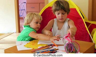 serieuze , penci, spelend, siblings