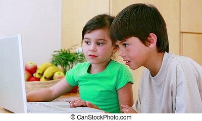 siblings, draagbare computer, het typen, vrolijke