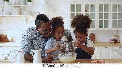 siblings, gezin, weinig; niet zo(veel), afrikaan, het bereiden, schattig, samen, deeg, vader