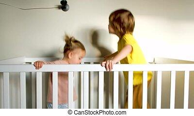 siblings, springt, wiegje, energiek