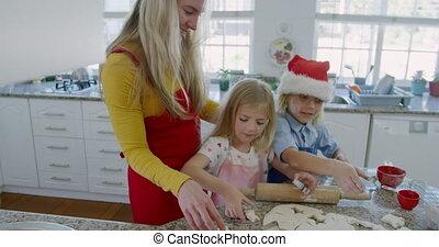 siblings, thuis, de koekjes van kerstmis, vervaardiging