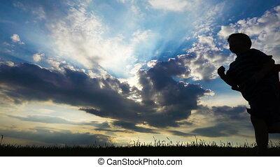silhouette, jongens, twee, tegen, akker, rennende , ondergaande zon