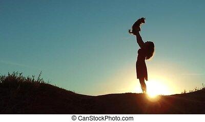 silute, ondergaande zon , sunlight., meisje, aanhalen, kleine, spelend, vriendschap, nature., levensstijl, dog, man, concept, vrouw, silhouette., liften