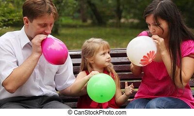 slag, gezin, zittende , parkeer bank, ballons