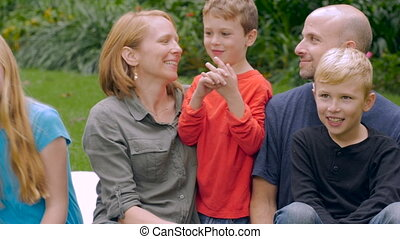 slowmo, talk-, gezin, jongst, hun, vijf, kind, glimlachen, kaukasisch, luisteren