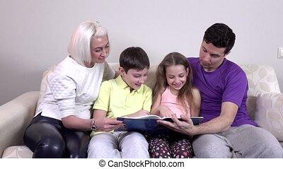 sofa, boek, lezende , gezin, vrolijke