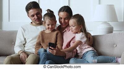 sofa, gebruik, ouders, vrolijke , verslappen, smartphone, geitjes, dochter