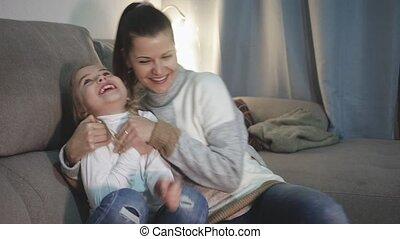 sofa, kietelen, kleine, lachen, jonge, haar, dochter, thuis, moeder