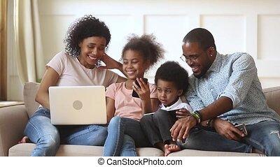 sofa, samen, ouders, artikelen & hulpmiddelen, afrikaan, gebruik, kinderen, vrolijke