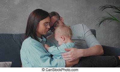 sofa., spelend, gezin, samen, thuis, family., comfort., jonge, vrolijke
