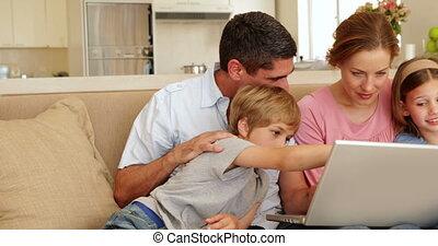 sofa, zittende , gezin, vrolijke