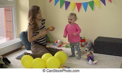 speelbal, dancing, tussen, gitaar, mamma, speelgoed, baby, partij meisje, mooi en gracieus, spelend