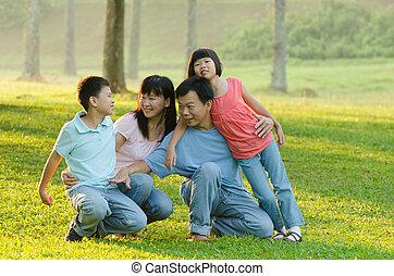 speels, wezen, verticaal, outddor, gezin, buitenshuis, het liggen, het glimlachen