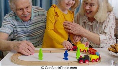 spel, trein, kind, grootouders, spelend, senior, thuis, speelbal, geitje, paardrijden, kleindochter, spoorweg