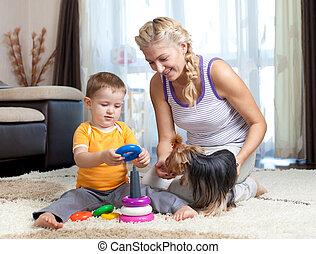 spelend, binnen, jongen, samen, kind, aanhalen, dog, moeder