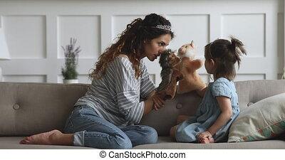 spelend, blij, marionet, moeder, daughter., speelgoed, jonge