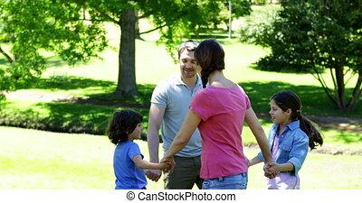 spelend, park, gezin, vrolijke