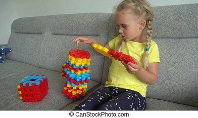 spelend, vrolijke , kind, blonde , gimbal, vrouwlijk, motie, speelgoed, kleurrijke, pieces.