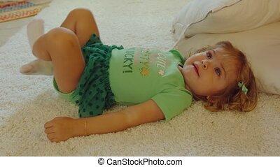 spelend, weinig; niet zo(veel), mooi, meisje, uitrusting, straat., patricks, tapijt, dag
