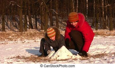 spelend, zoon, park, winter, moeder
