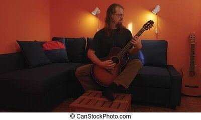 spelende guitar, thuis
