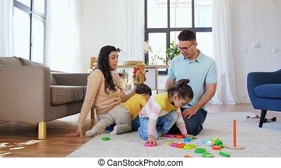 spelende kinderen, gelukkig huis, gezin