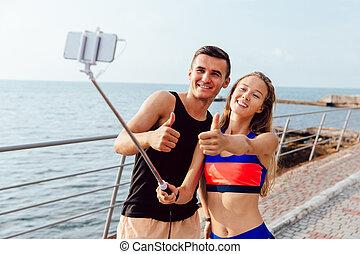 sportive, selfie, paar, tegen, mobiele telefoon, zee, het glimlachen, boeiend