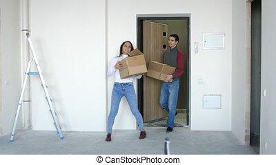 staand, doorstep., paar, jonge, het koesteren, boxes., verhuizing, aantrekkelijk, nieuw huis, 3840x2160, blij, 4k