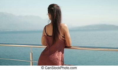staand, kijkende vrouw, glas, zee, balkon