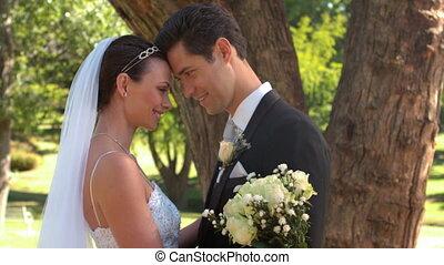 staand, park, newlyweds