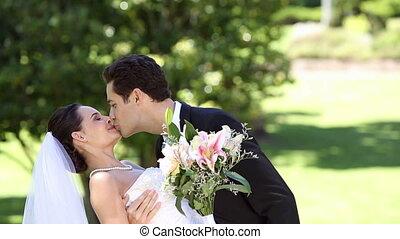 staand, park, newlyweds, vrolijke