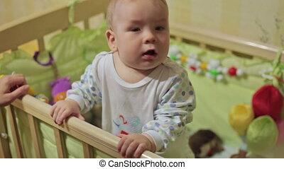 staand, schattig, de voederbak van de baby, jongen