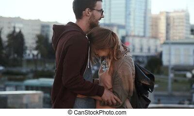 staand, stad, mooi, vrouw, romantische, centrum, paar, jonge, hugging., man, vrolijke , date.
