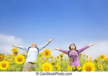 staand, tuin, zonnebloem, ontspannen, senior koppel