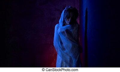 staand, vrouw, haar., schedel, geklede, beeld, jonge, dood, wall., donker, carnaval, achter, kostuum, achtergrond, make-up, meisje, creatief, witte