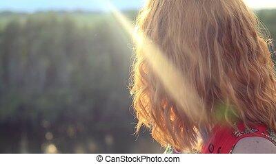 staand, vrouw, verheffing, krullend, roodharig, haired, rots, jonge, blik, handen, zon, gevoel, geluk
