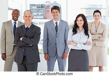 staand, zijn, collega's, het glimlachen, middelbare , uitvoerend, jonge, kamer