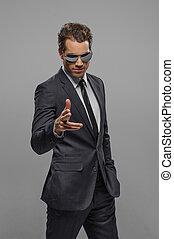 staand, zonnebrillen, next!, wijzende, you?re, grijze , jonge, zeker, fototoestel, zakenlieden, vrijstaand
