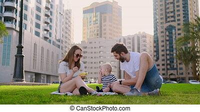 stad, gezin, zittende , lachen, kleine, gras, child.