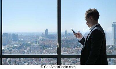stad, kantoor, panoramisch, jonge, telefoon, venster, grasduinen, zakenman, overzicht.