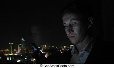 stad, smartphone, kantoor, grasduinen, jonge, venster, kostuum, zakenman, overzicht.