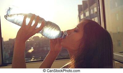 stad, vrouw, water, vertragen, ondergaande zon , aantrekkelijk, drinkt, motie