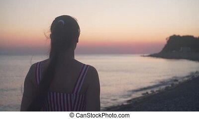 stalletjes, zee, meisje, jonge, back, sunset., haar, fototoestel, strand., vrouw, achtergrond