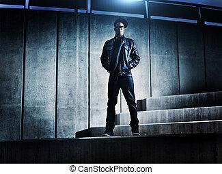 stedelijke , distopic, beton, amerikaan, stappen, afrikaanse man, koel
