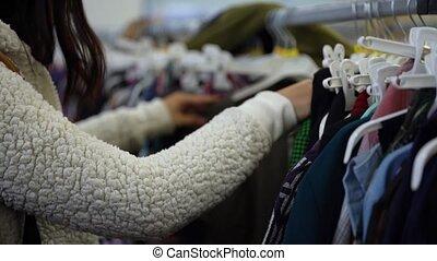 store., verticaal, op, jonge, shoppen , buy., het kijken, meisje, girl., afsluiten, mooi, clothing., winkel, kleren, vrouw