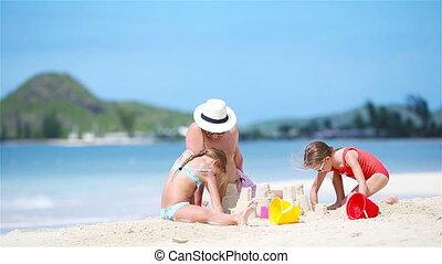 strand., gezin, meiden, witte , vader, twee, tropische , zand, vervaardiging, kasteel strand, spelend